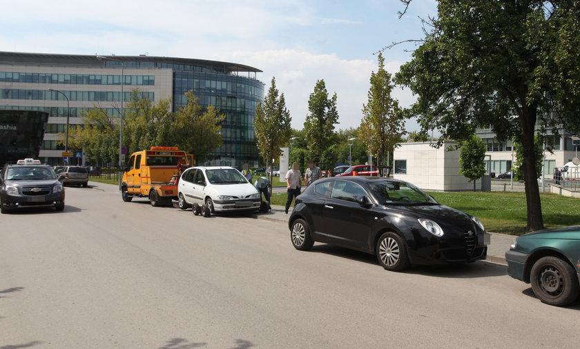 Straż Miejska holuje samochody na Domaniewskiej.