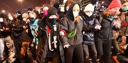 Protest Strajku Kobiet w Warszawie. Bitwa na śnieżki z policją, w ruch poszedł gaz łzawiący