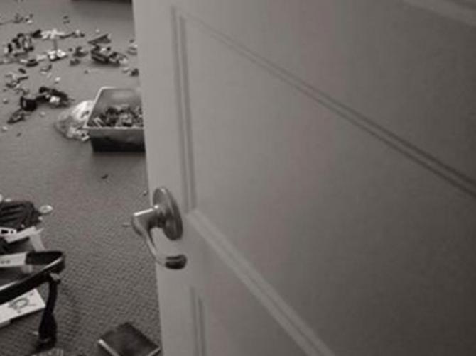 Muž je ušao u sobu i zatekao me na sve četiri dok čistim za klincima: Rekao mi je OVIH 5 REČI i više NIKADA nisam ušla da spremam za decom
