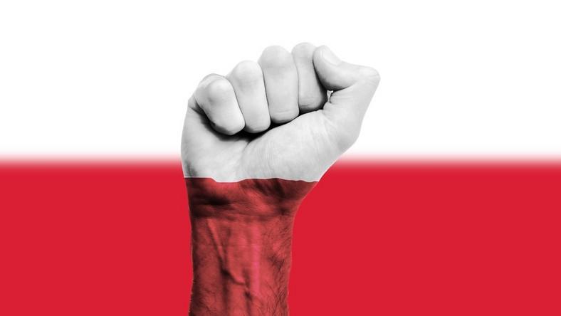Polska protest pięść patriotyzm flaga