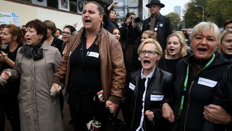 """Uczestnicy protestu trzymali transparenty z napisami, m.in.: """"Kobieta to nie inkubator"""", """"Moje ciało, moja sprawa"""", """"Edukacja i antykoncepcja zamiast zakazów""""."""