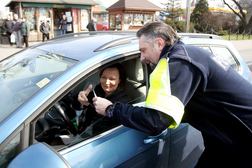 Robert Korolczyk rozmawia z kierowcami
