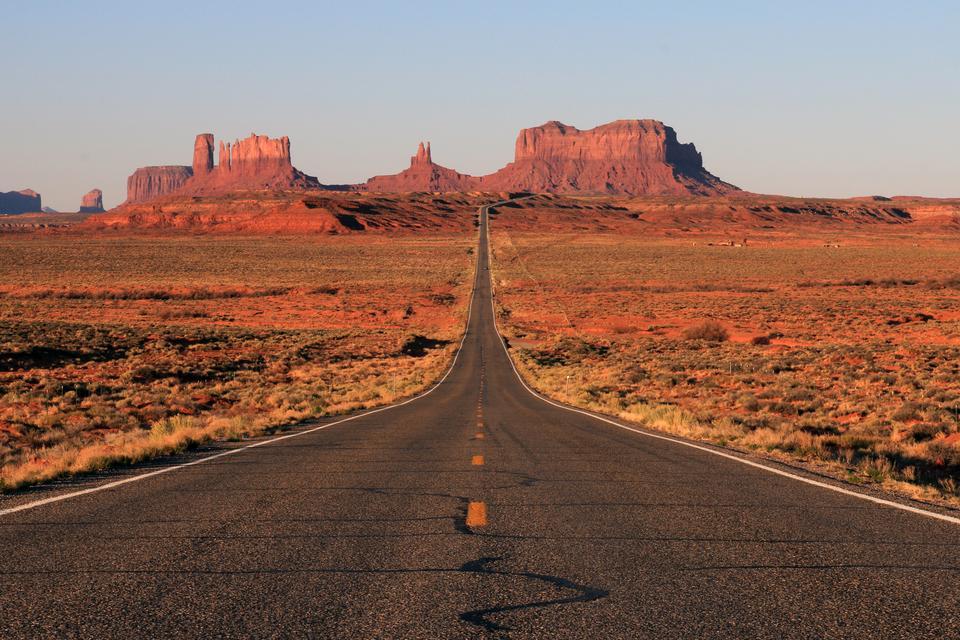 Scenic Byway to jedna z dróg wyróżniona przez Departament Transportu Stanów Zjednoczonych pod względem cech archeologicznych, historycznych i krajobrazowych. Scenic Byway 163 rozciąga się od granicy z Arizoną poprzez Utah Monument Valley. Podczas jazdy, będzie można podziwiać czerwone skały i pustynie.