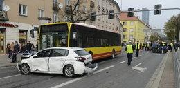 Autobus miażdżył osobówki we Wrocławiu! Rozbił 9 aut
