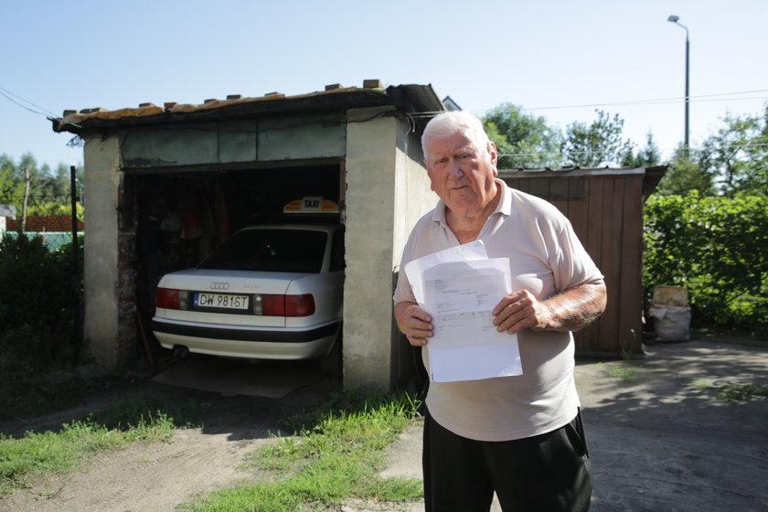 Eugeniusz Waszkiewicz z rachunkiem za wywóz śmieci z garażu