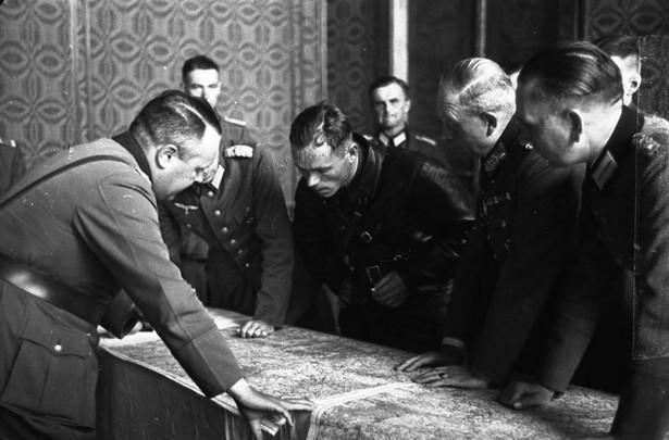 """Sojusz Hitlera i Stalina przetrwał niespełna dwa lata, bowiem jak pisał prof. Andrzej Garlicki: """"Obaj partnerzy podpisujący pakt na Kremlu traktowali go jako rozwiązanie doraźne. Obaj mieli cele o wiele bardziej ambitne niż rozbiór Polski czy podporządkowanie republik nadbałtyckich. Były to cele sprzeczne, dlatego wojna pomiędzy III Rzeszą i Związkiem Radzieckim była nieunikniona"""". (A. Garlicki """"Historia 1815-1939. Polska i świat"""")."""