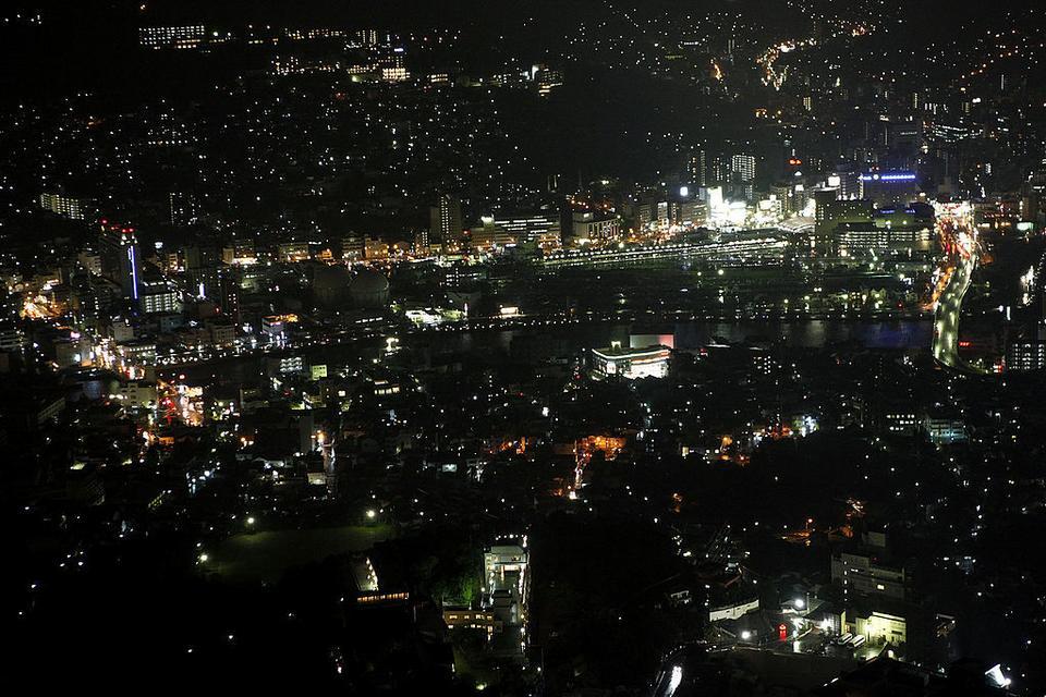 Nagasaki dziś. Nocny widok miasta