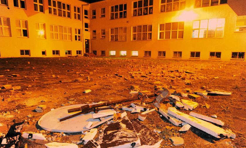 Zerwany dach z budynku Szkoly Podstawowej nr 25 w Bielsku Białej