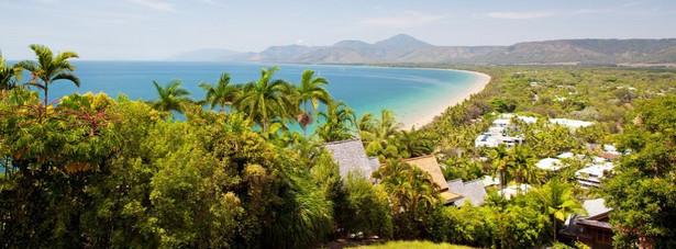 Port Douglas - jest to pełna hoteli, pensjonatów oraz restauracji miejscowość wczasowa, której atutami jest szeroka plaża, pola golfowe bliskość Wielkiej Rafy Koralowej, odtworzony fragment lasu deszczowego