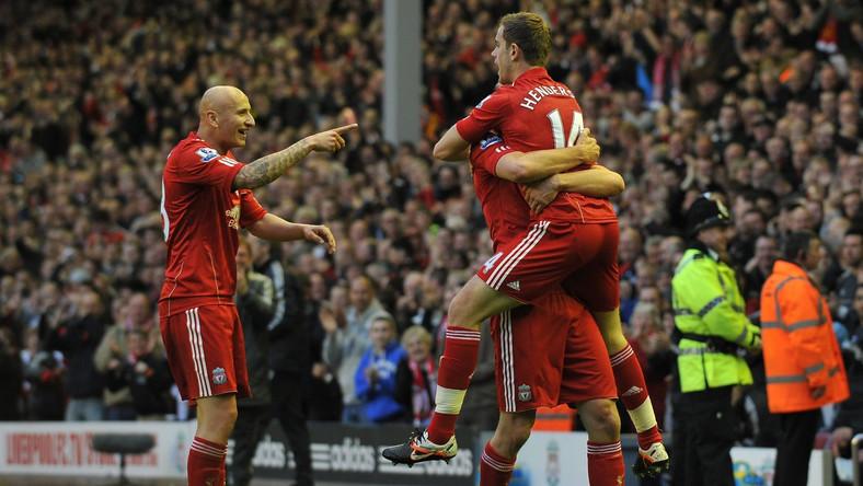 Piłkarze Liverpoolu cieszą się z bramki strzelonej Chelsea Londyn
