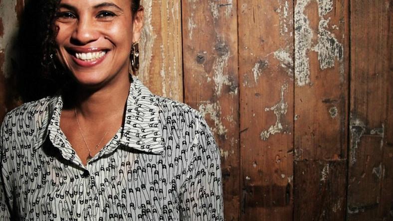 """To Neneh Cherry pomagała w nagrywaniu pierwszej płyty Massive Attack, to ona w połowie lat 90. współpracowała z Trickym, promując nowe gwiazdy bristolskiej sceny w mainstreamie, to ona jako jedna z pierwszych zdołała połączyć punkową wrażliwość polityczną z rapem i tanecznymi bitami. Swoich fanów wciąż zaskakuje nowymi wcieleniami: artystka współpracuje z córką, tworząc część electro-soulowej grupy cirKus, pojawiła się też jako wokalistka na płycie jazzowej supergrupy The Thing, teraz zaś powróciła na klubowe parkiety razem z dwójką producentów i DJ-ów ukrywających się pod nazwą RocketNumberNine. Opublikowany w zeszłym roku album """"MeYouWeYou"""" to pełne zaskoczeń połączenie jazzowych rytmów, rave'owych hymnów, klubowych przebojów, nawiązań do Sun Ra, akustycznego techno spod znaku Brandt Brauer Frick i eksperymentalnej elektroniki Kierana Hebdena (Four Teta), na tle których Neneh Cherry po raz kolejny przypomina, dlaczego od ponad ćwierćwiecza ma oddane grono fanów na całym świecie, zachwyconych jej umiejętnościami wokalnymi, śmiałym przechodzeniem od rapu do śpiewu i umiejętnością znalezienia się w każdej konwencji i gatunku"""