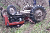 Negotin Nastradali Dejan Milosavljevic u trenutku kada se traktor prevrnuo preko njega
