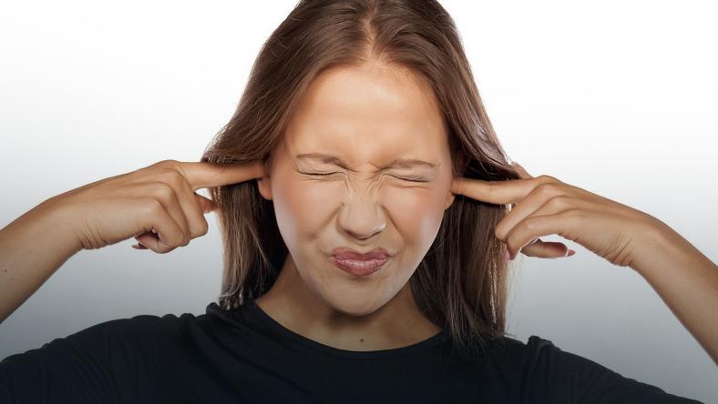 Szumy uszne pogarszają jakość życia, bo wywołują niepokój i stres, fot. Fotolia