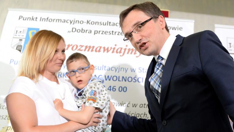 Minister sprawiedliwości Zbigniew Ziobro podczas konferencji prasowej w Stąporkowie. Ziobro przekazał pieniądze otrzymane dla swojego dziecka w ramach programu 500 plus na rzecz niepełnosprawnego Filipka Grzeli (na zdjęciu z mamą Justyna Moczarską