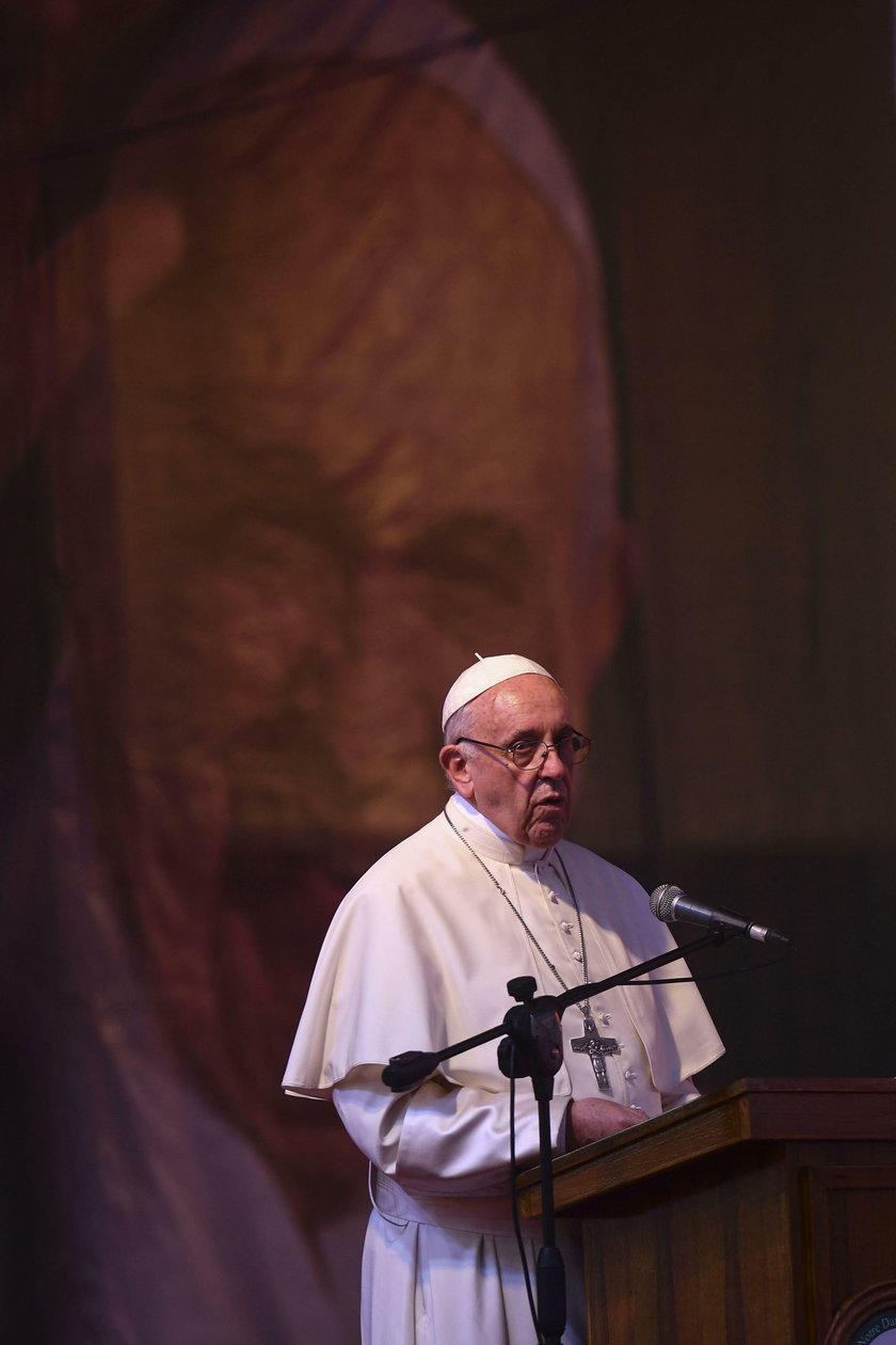 Rewolucja w kościele. Papież zmieni słowa modlitwy!