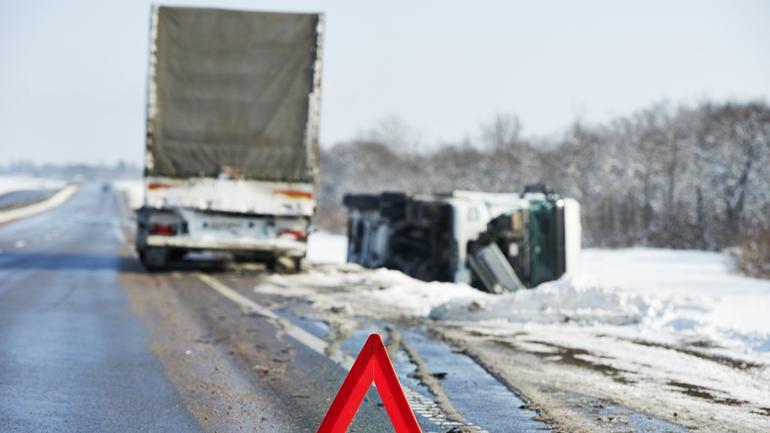 Wypadek drogowy w okresie zimowym