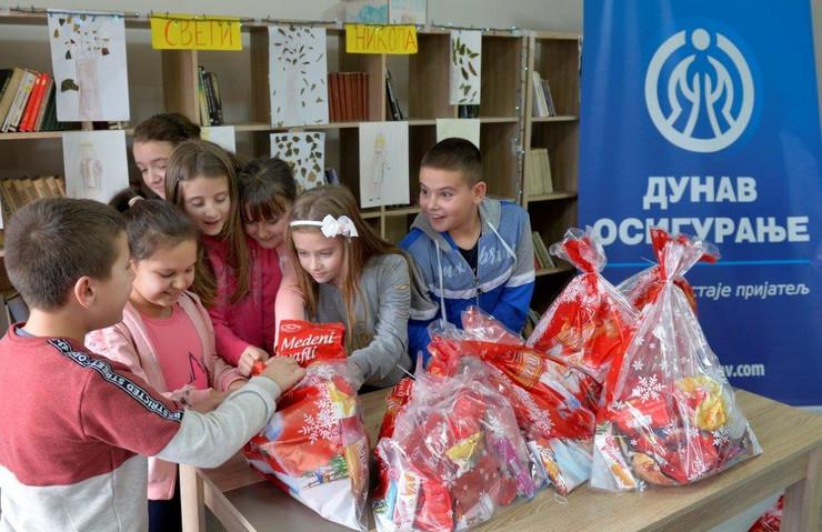Novogodišnji pokloni su izazvali pažnju školaraca