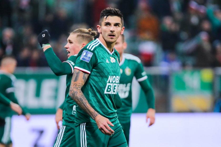 To cios w defensywę Śląska Wrocław, bo piłkarza czeka półroczna przerwa w graniu.
