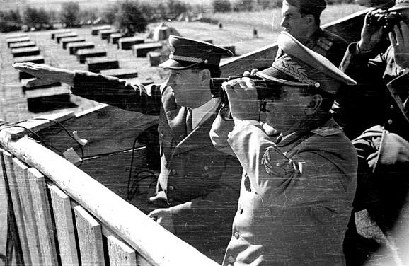 Sa Titom na vojnim manevrima u Šumadiji, septembar 1949.