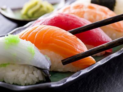 Warto pamiętać o tych zasadach, zamawiając zestaw sushi
