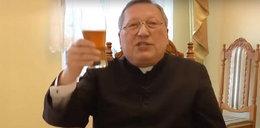 Przyłapali księdza na piciu piwa. Teraz się tłumaczy
