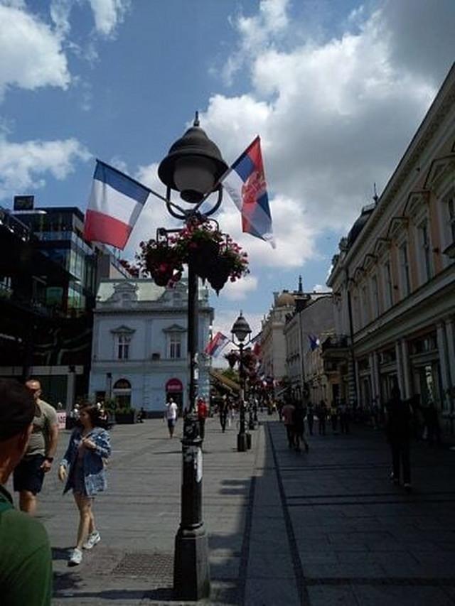 Zastave Francuske i Srbije su postavljene na nekoliko mesta u gradu