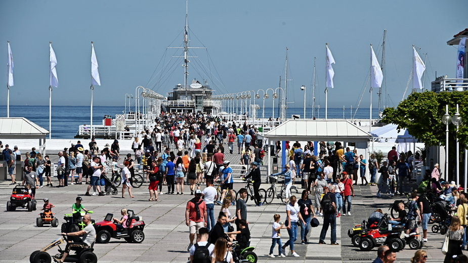 Turyści na sopockim molo. Sezon turystyczny 2021