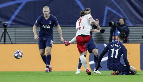 Trenutak kada Marsel Sabicer postiže prvi pogodak na meču protiv Totenhema