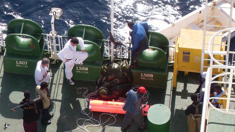 Kapsuła z pieniędzmi dla piratów została wciągnięta na pokład. Kapitan Niski będzie asystował przy liczeniu okupu.