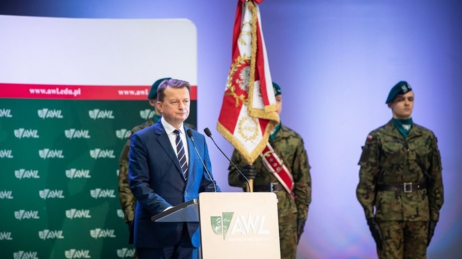 Podczas inauguracji na AWL Mariusz Błaszczak przemawiał bez maseczki
