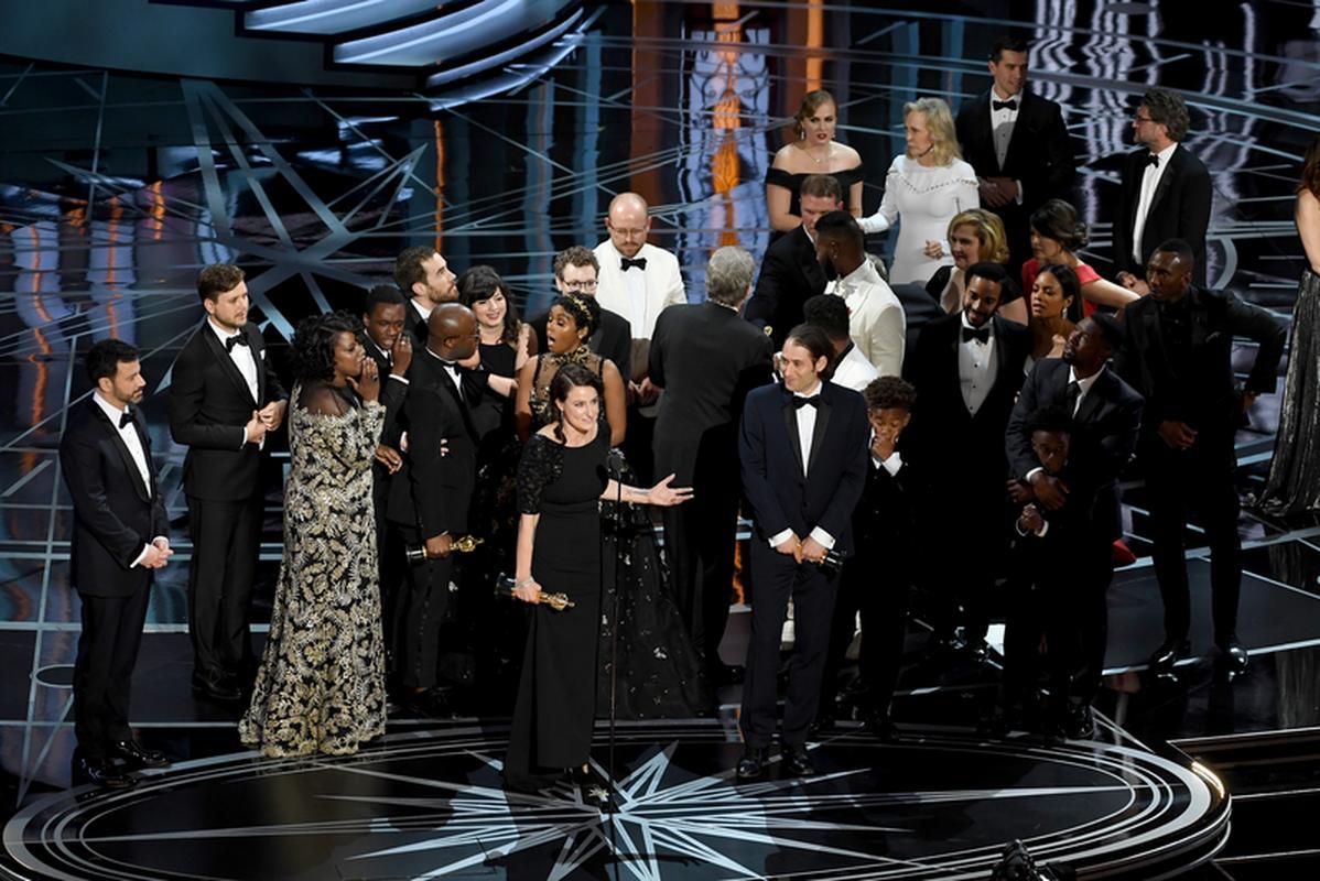 """Twórcy """"Moonlight"""" odebrali nagrodę dla najlepszego filmu"""