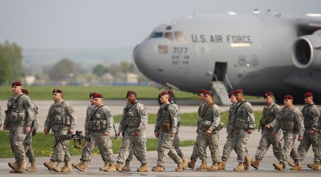 Spotyka się z facetem w wojsku