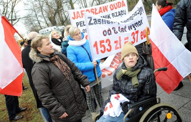 Opiekunowie niepełnosprawnych dzieci i dorosłych protestowali przed KPRM