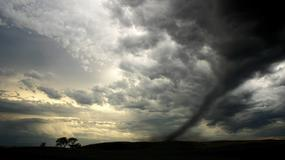 O mały włos, a nieuważny kierowca wjechałby w tornado