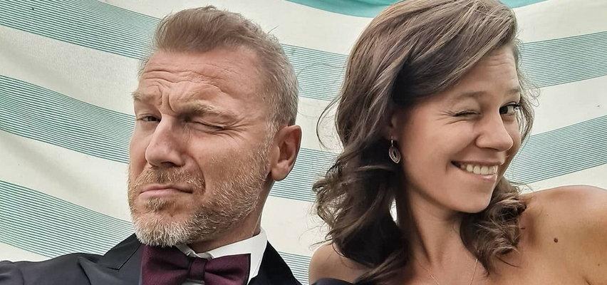 """Gwiazdor """"M jak miłość"""" świętował 5. rocznicę ślubu. Jego żona przesłała fanom """"buziak kaloryczny"""""""