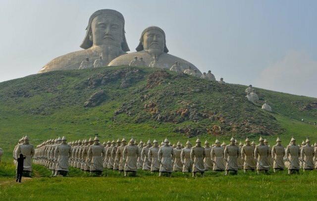Monolski vojnici od terakote i statua Džingis kana u Holingolu, severna Kina