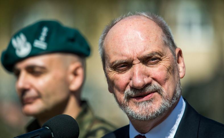 Minister obrony Antoni Macierewicz (P) oraz dowódca NFIU płk Artur Bogowicz (L) w kwaterze NATO Force Integration Unit w Bydgoszczy