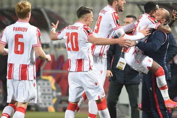 """Zaplakaćete zbog ovog zagrljaja - OD SMEHA! Pavkov je slavio gol, ali su """"tata"""" Stanković i """"beba"""" Kanga ukrali šou! /FOTO, VIDEO/"""