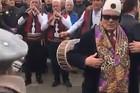 PETARDE, KOLO, TRUBE Ovako Albanci na jugu Kosova slave formiranje vojske (VIDEO)