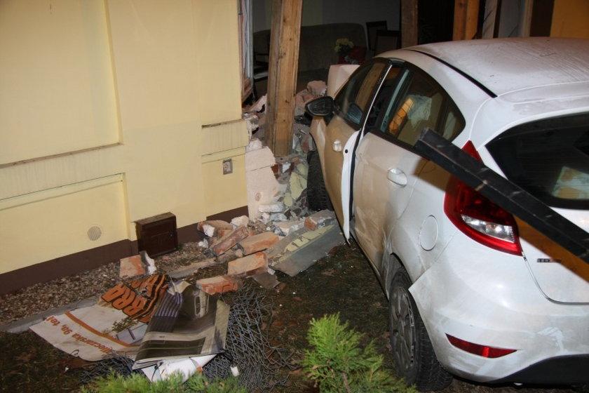 Ford wjechał w dom. Kierowca nie zauważył ronda