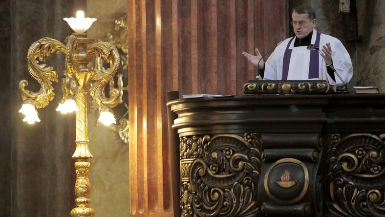 Ksiądz Dariusz Oko wygłasza kazanie