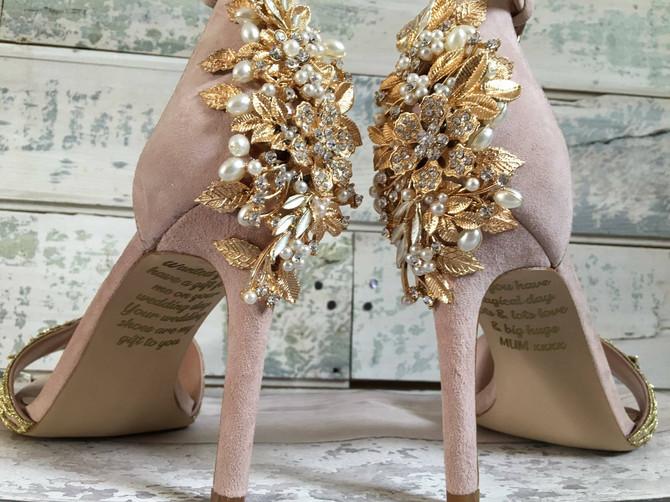 Jedna mlada je na svadbenim cipelama našla PORUKU POKOJNE MAJKE i kad je pročitate - SUZE SAME LIJU