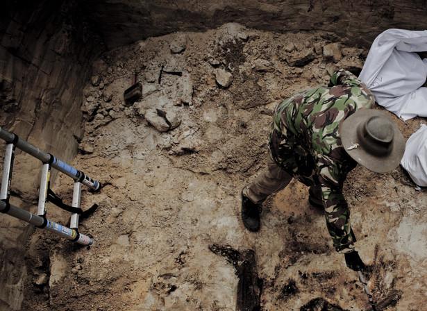 """ZDJĘCIE ROKU 2012: Maksymilian Rigamonti, """"Newsweek Polska"""". Prace ekshumacyjne na cmentarzu w Bykowni, gdzie odkryto groby polskich oficerów. Maj 2011"""