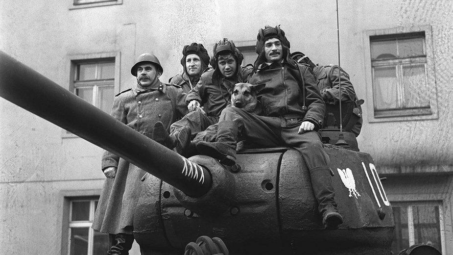 Czerwonoarmistów wspomagali polscy czołgiści. W boju wyróżniła się załoga czołgu nr 102 por. Wacława Feryńca - pierwowzór serialowych bohaterów