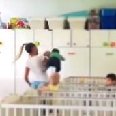 (VIDEO) ŠOKANTAN SNIMAK IZ ZVEČANSKE Medicinska sestra drži bebu kao da je džak, a onda je maltene baca u krevetac