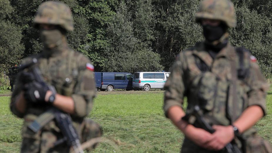 Straż Graniczna i wojsko w pobliżu miejscowości Usnarz Górny, 22 sierpnia 2021 r.