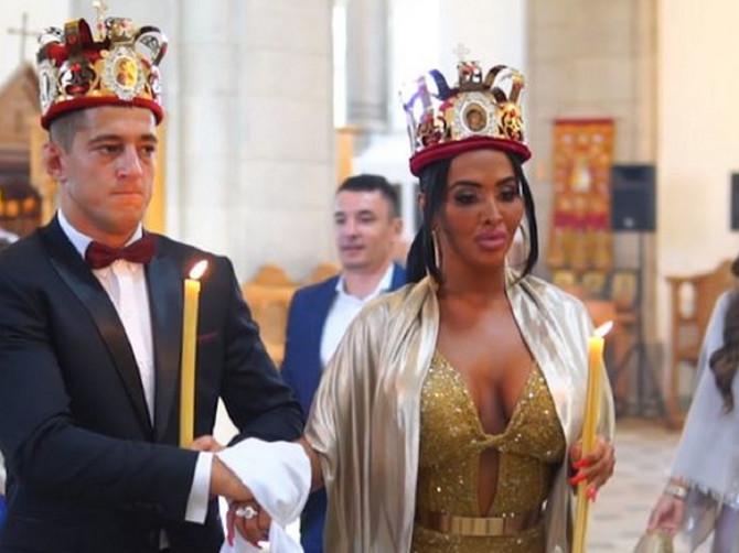 O njihovoj svadbi BRUJI Srbija: Mlada šokirala ZLATNOM VENČANICOM. Da li simbolika ove boje može da makar malo UBLAŽI UTISAK?