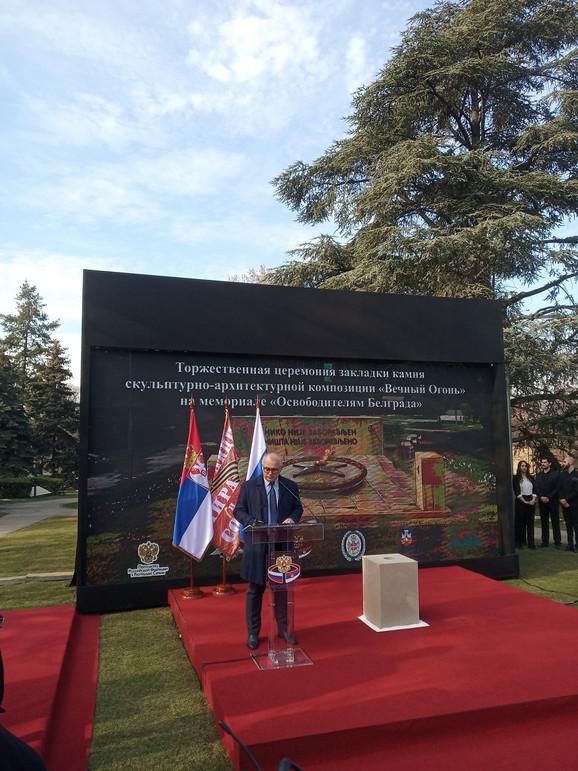 Vesic Spomenik Vecna Vatra Podizemo U Slavu Srpskih I Ruskih