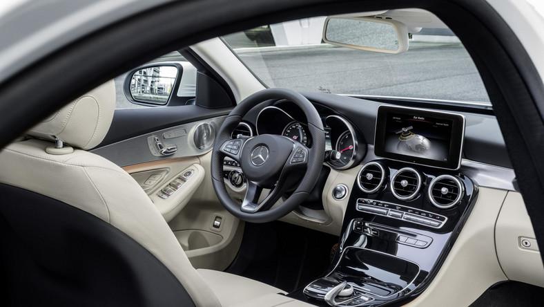 W środku można powiedzieć, że projektanci zaszaleli... Wreszcie kierowca będzie miał wrażenie luksusu - układ otworów nawiewu przypomina supersportowy model SLS AMG. Z kokpitu wystaje wolnostojący ekran systemu multimedialnego o przekątnej 17,8 lub 21 cm.