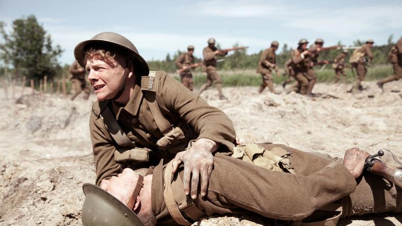 """Serial """"Dzwony wojny"""" składa się z pięciu 30-minutowych odcinków, z których dwa zostaną wyemitowane na antenie TVP1 10 listopada o godzinie 20.25 i 21.00, zaś trzy kolejne Jedynka pokaże 11 listopada o 20.25, 20.55 i 21.40."""